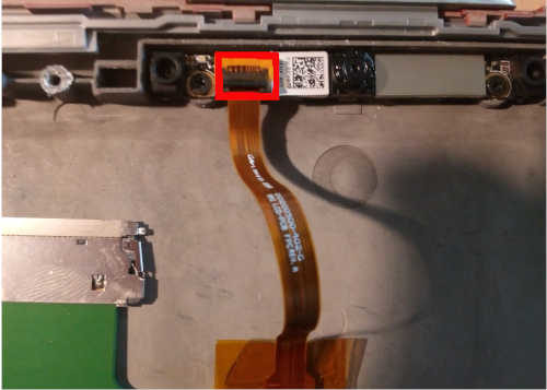 Soulever la languette noire du connecteur de la webcam, et retirer la nappe écran